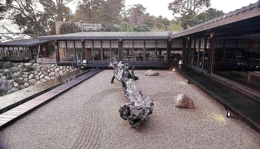 台中〈飛花落院〉1樓的戶外有景,二樓也利用露台設計枯山水庭園景觀,可作為俯瞰台中市的「前景」。(圖/姚舜)