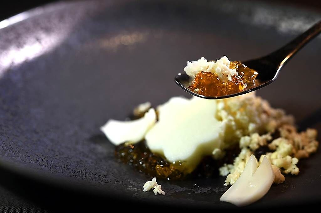 〈飛花落院〉開幕推出的第一套春季套餐,前菜〈白花椰菜豆腐.琥珀凍〉是以柴魚昆布高湯晶凍搭配白花椰碎與百合根。(圖/姚舜)