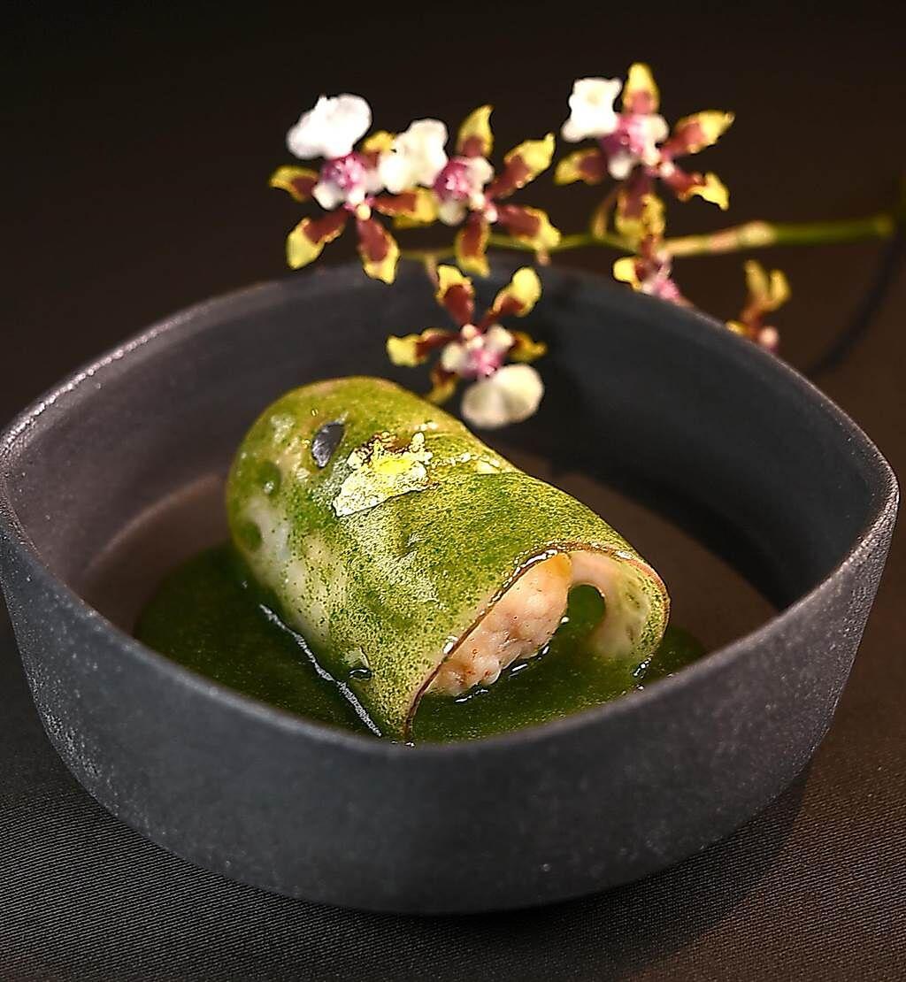 〈海老真丈〉是用蓮藕片包捲白蝦泥作餡,再淋上用出汁和菠菜泥熬煮的醬汁賦味,同時表現「春色」。(圖/姚舜)