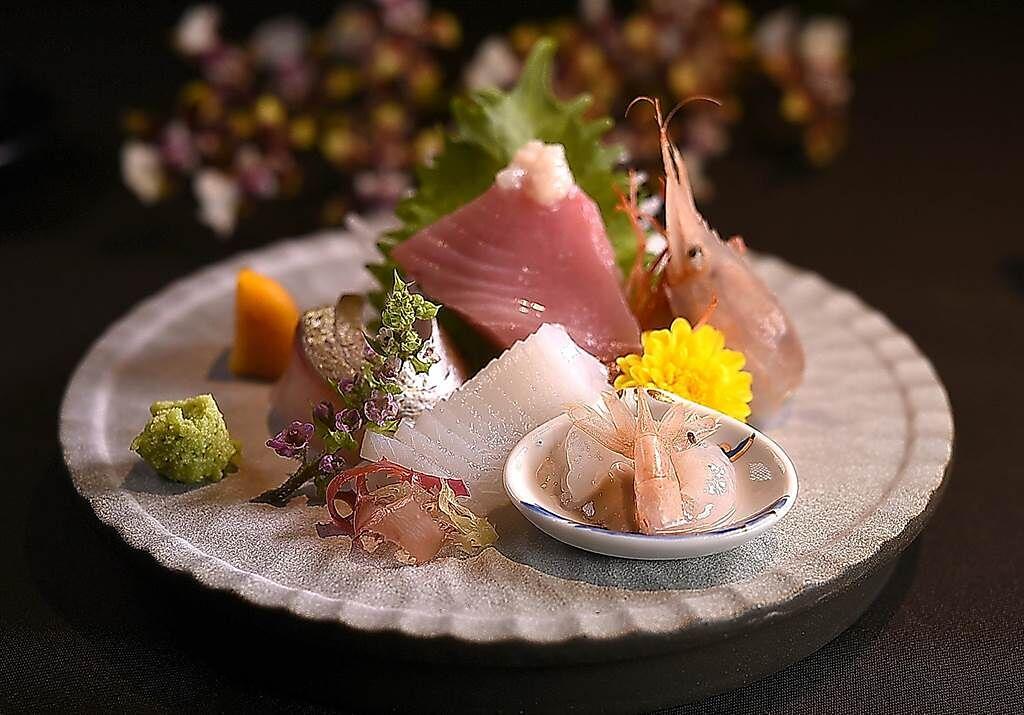 〈刺身盛合〉內有:蝦母、小卷、白魽(魚甘),以及油脂豐厚的煙仔虎。(圖/姚舜)