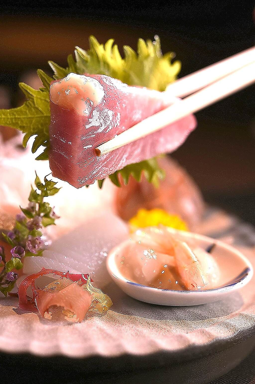 這個季節的煙仔虎油脂最肥美,〈飛花落院〉主廚以鹽麴點綴提味。(圖/姚舜)