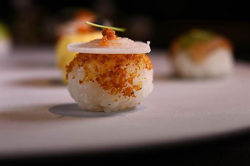 〈辣味烏魚子手毬壽司〉的形狀近似法國小泡芙。(圖/姚舜)
