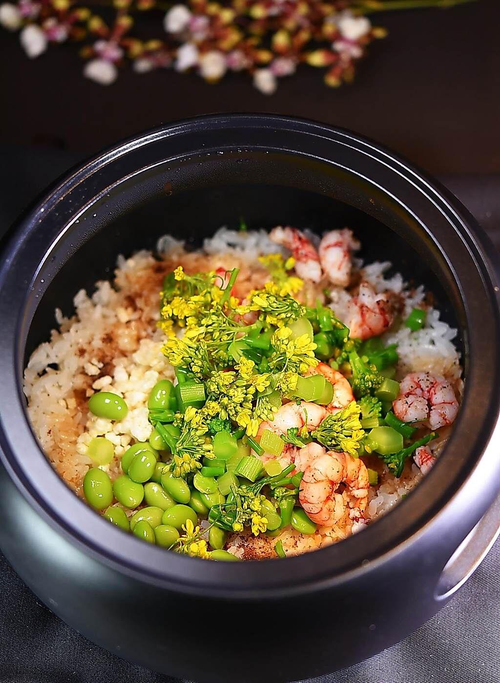 〈飛花落院〉的〈季節野菜釜飯〉,透過食材搭配,顏色也「非常春天」、引人食慾。(圖/姚舜)