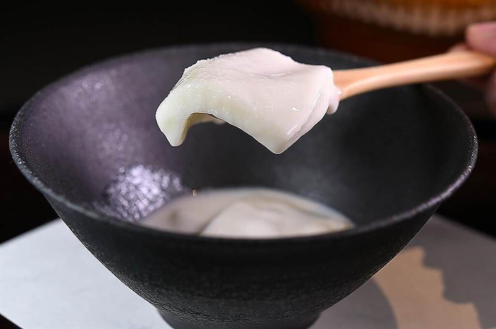 〈飛花落院〉的〈杏仁豆腐〉,口感非常彈Q滑嫩,杏仁香中並拌著幽微的花生 香。(圖/姚舜)