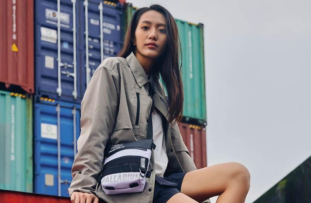 人氣潮靴品牌以防水靴設計元素為延伸,火熱推出同款多功能潮流小包,堪稱梅雨季最強穿搭單品。(圖/品牌提供)