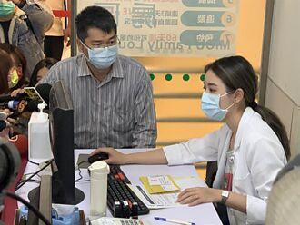 自費AZ疫苗開打首日 亞東醫院上午80人掛號