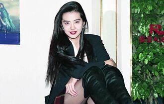 54歲王祖賢穿短裙露纖細長腿 溜狗背影狂飄仙氣