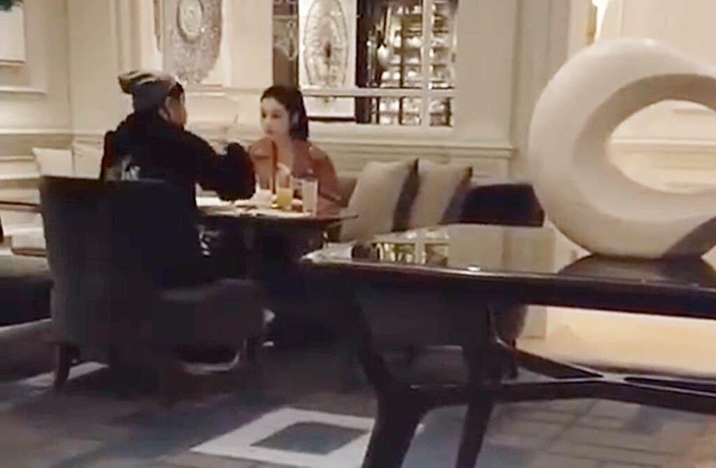 潘瑋柏和妻子面對面吃飯,氣氛溫馨。(圖/取自新浪娛樂)