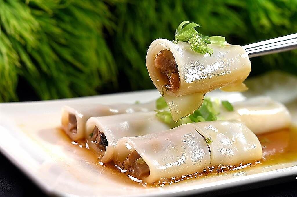 〈鳳凰軒〉的〈叉燒腸粉〉是以寬板粿仔條取代傳統腸粉皮,所以口感彈Q有韌性。(圖/姚舜)