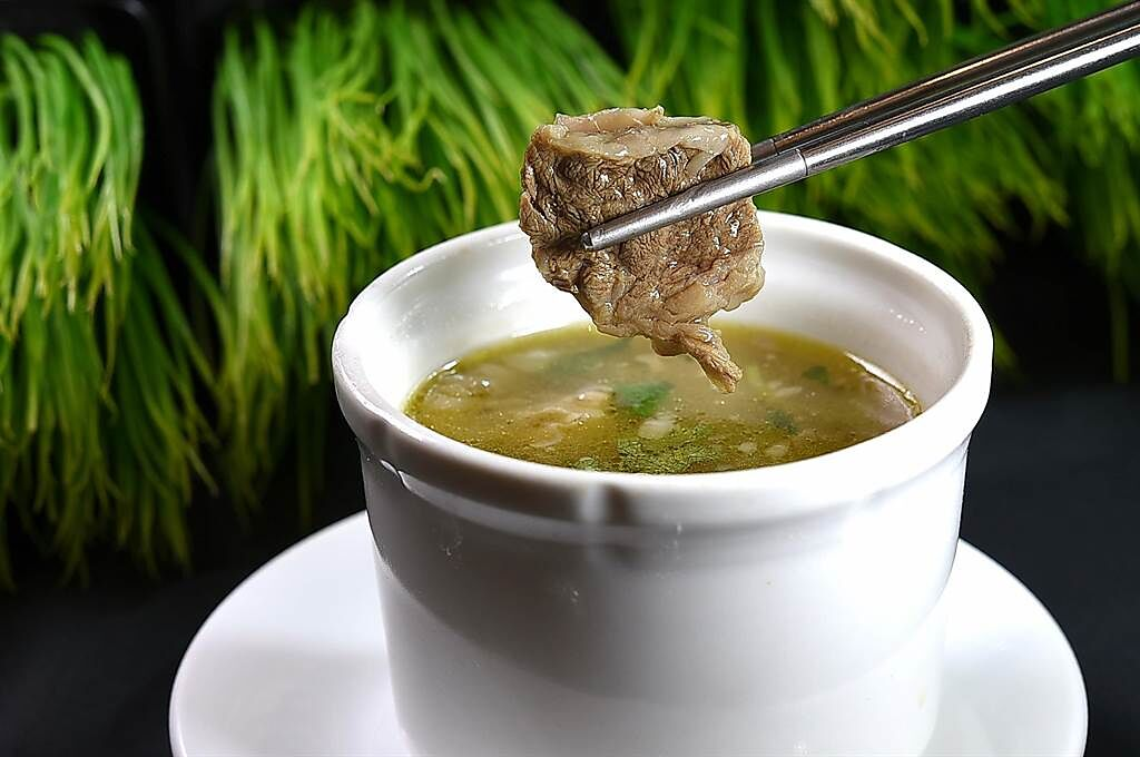 〈鳳凰軒〉粵菜、港點吃到飽菜單上也有羹湯類,圖為可吃到整塊牛腩的〈牛腩清湯〉。(圖/姚舜)