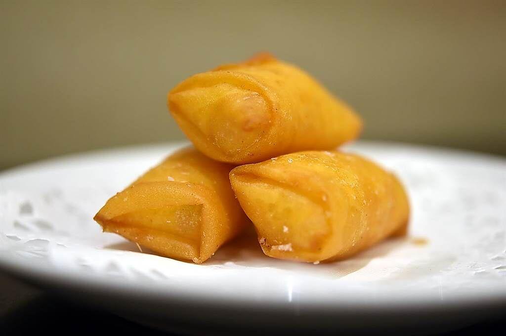 〈鳳凰軒〉吃到飽的港式點心鹹甜兼備,圖為〈馬蹄條〉。(圖/姚舜)