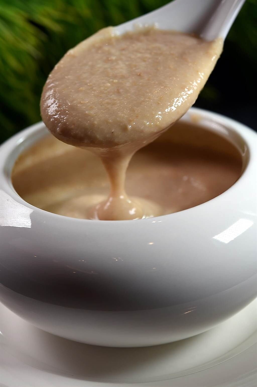 〈腰果露〉是將烤過的腰果打成漿,再加水加糖熬製,在〈鳳凰軒〉也可以無限續點吃到飽。(圖/姚舜)