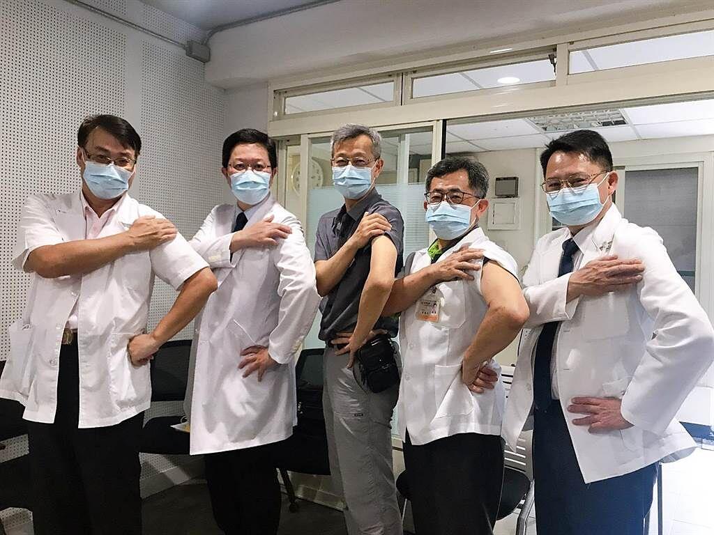 復健科醫師吳祥富(左起)、耳鼻喉科醫師連哲震、葉彥伯、中醫師彭德桂、牙醫師楊奕先等人,帶頭打疫苗鼓勵大眾和第一線防疫人員踴躍跟進施打疫苗。(彰化縣衛生局提供/謝瓊雲彰化傳真)