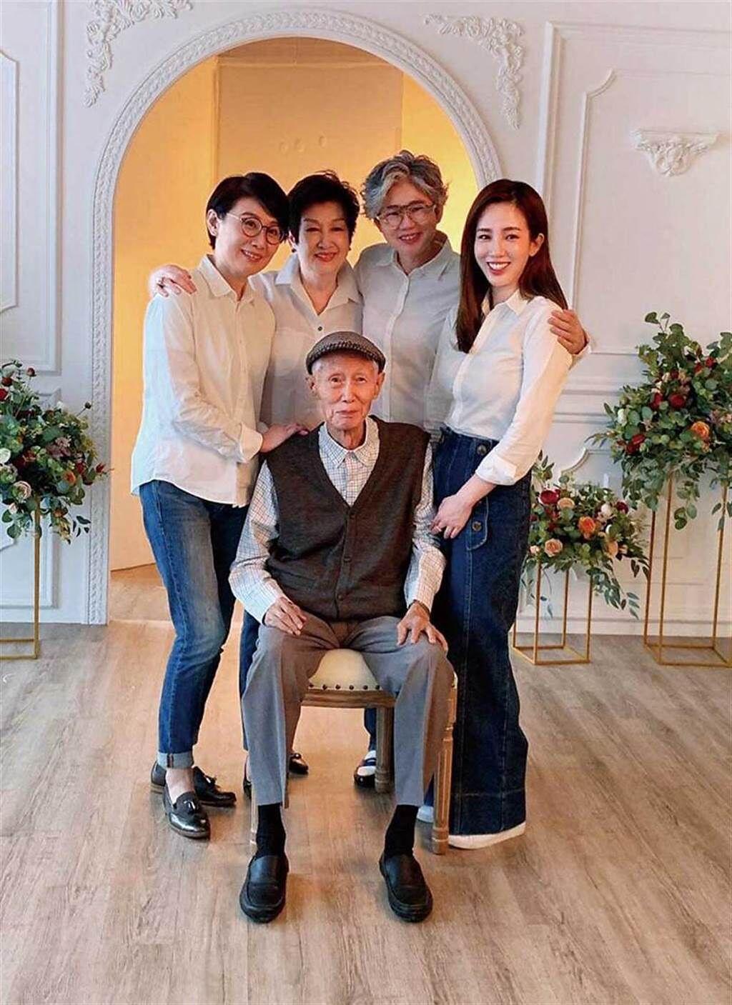 相當珍惜家庭時光的張愛雅,最近跟爸媽、2個姊姊一起拍攝全家福。(圖/有魚娛樂提供)