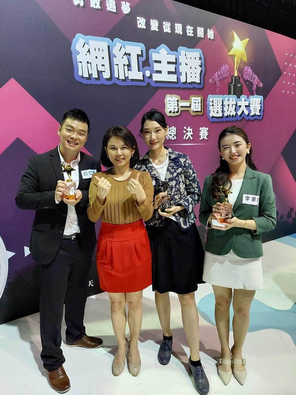 文化大學新聞系大四學生俞仁濤(左1)、李家妤(右1)分別獲得Youtuber組和主播組冠軍;右起2為該系獲得競賽Youtuber組亞軍學生梅映雪。(俞仁濤提供/李侑珊台北傳真)