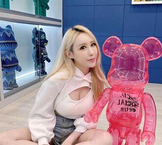 校花級正妹趕時間穿錯衣服 粉紅透膚上衣逛超商被看光