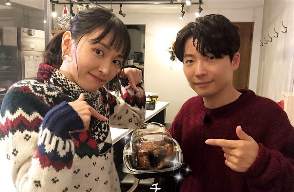 星野源表示與新垣結衣在拍攝《月薪嬌妻》特別篇結束後,才以結婚為前提正式交往。(取自《月薪嬌妻》官方推特)