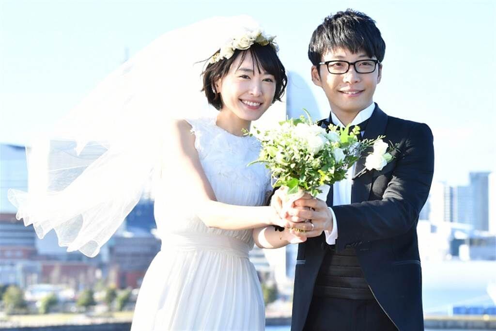 日本人氣女星新垣結衣今(19)日驚喜公布閃婚喜訊,對象是男歌手星野源。(圖/ 摘自《月薪嬌妻》劇照)