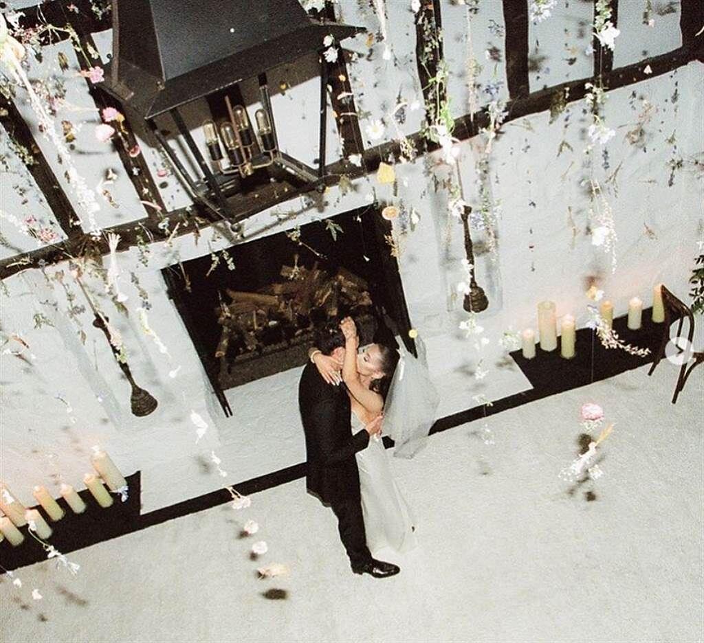 亞莉安娜26日公開結婚照。(圖/ 摘自Ariana Grande IG)