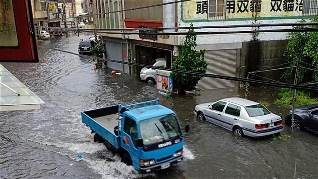 今早中央氣象局針對9縣市發布豪雨特報,其中彰化短短幾小時,降雨量達174毫米,多處傳災情。(圖/翻攝自我愛鹿港小鎮)
