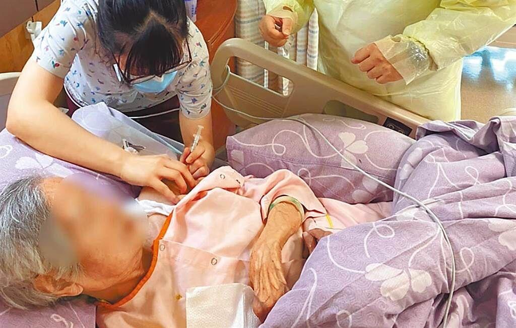 新北市12日下午為長照機構住民、洗腎患者接種AZ疫苗。(新北市政府提供)