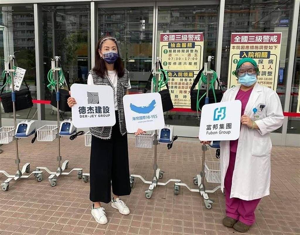 賈永婕日前親送HFNC到亞東醫院,聽取台灣抗疫第一女戰神張厚台醫師介紹這台機器的重要性。(摘自臉書)