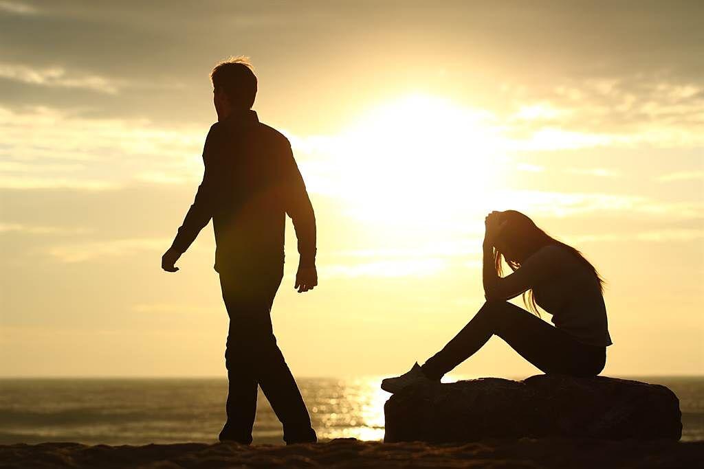 雙魚座、天蠍座、金牛座和巨蟹座在愛情中常常奮不顧身、付出一切,但最後卻將自己搞得遍體鱗傷。(示意圖/達志影像)