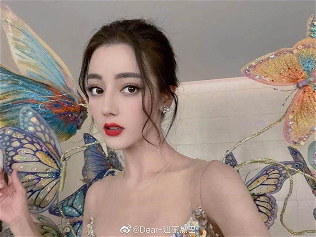 日網友票選中港台最美女星,迪麗熱巴排第6位。(取自迪麗熱巴微博)