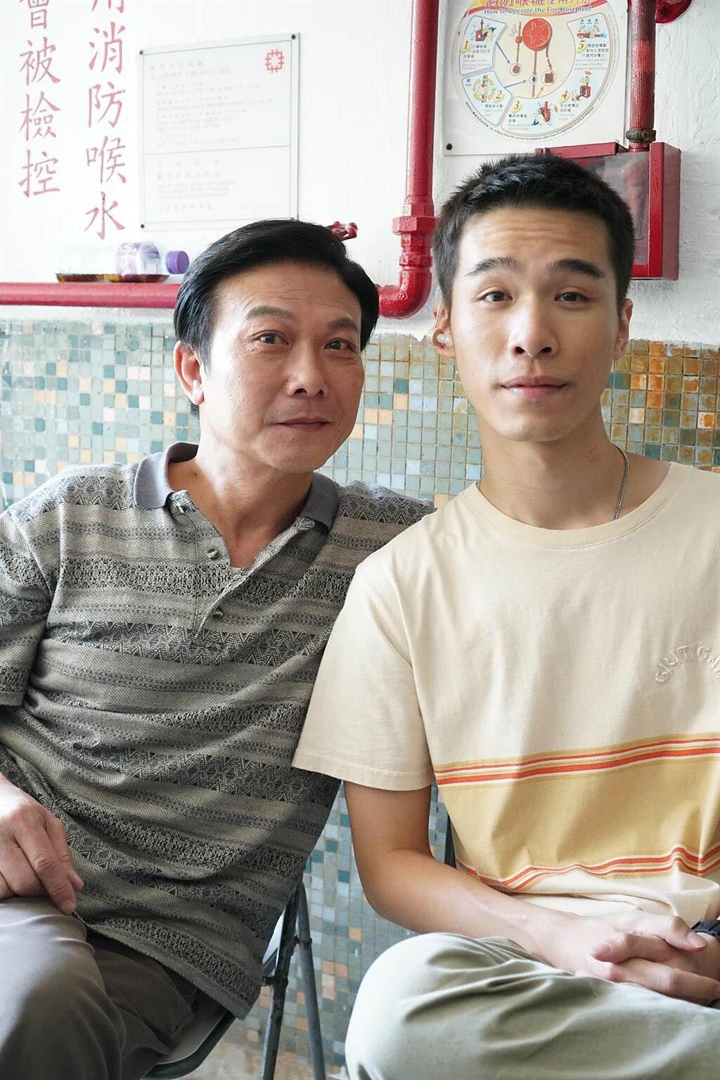 錢小豪(左)和片中兒子梁仲恆開心合照。(滾動工作室提供)