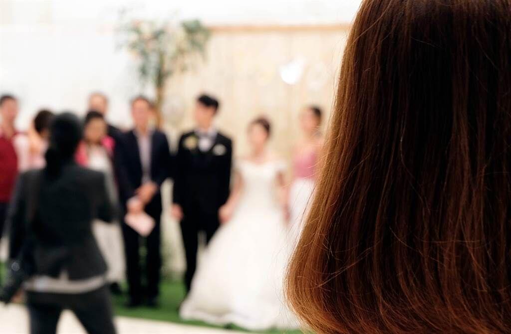 兩性專家欣西亞曾在一場婚禮上聽新娘閨密爆料,自己穿著那件婚紗,跟新郎在新房搞不倫,讓新娘大崩潰。(達志影像/shutterstock提供)