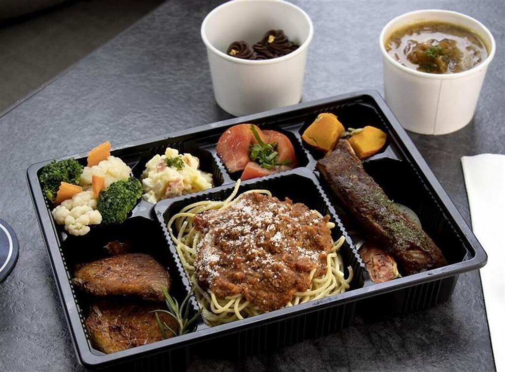 林口亞昕福朋喜來登推出的「西式招牌餐盒」,主菜則是美式風味燉曼非斯風味豬肋排搭煙燻BBQ醬汁與炙燒肯瓊鯛魚。(圖/ 林口亞昕福朋喜來登提供)