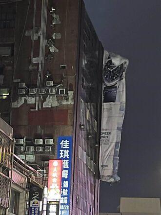 基隆巨型廣告帆布遭強風吹落 掛11樓高空亂飄行人嚇壞