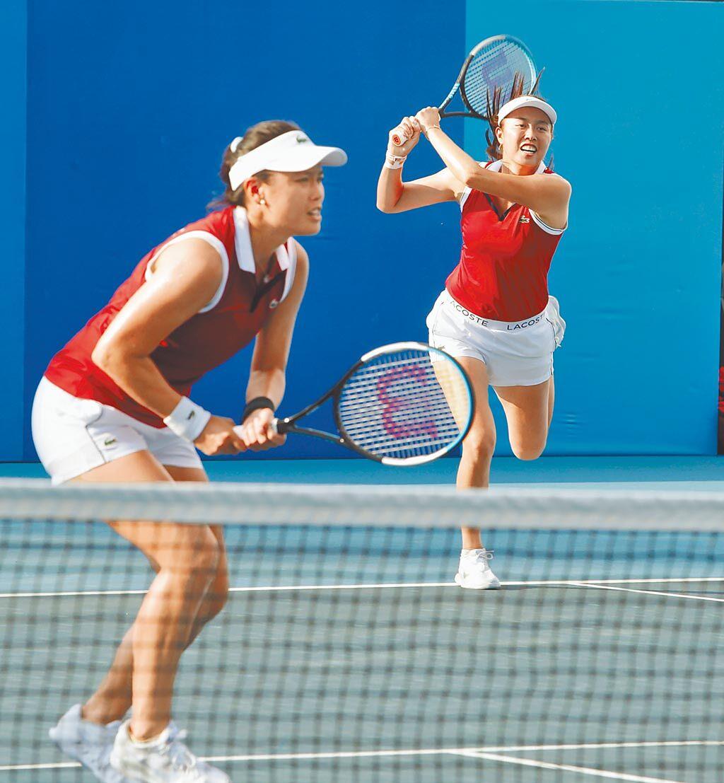 網球女雙詹詠然(左)與詹皓晴(右)姊妹列為賽會第5種子,首戰羅馬尼亞組合。(季志翔攝)