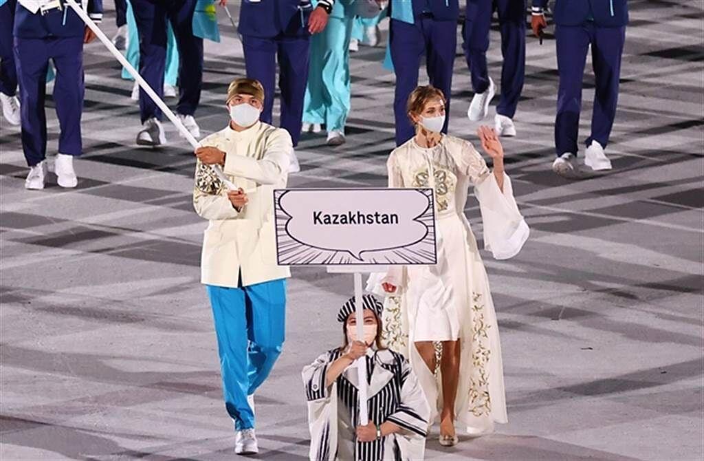 哈薩克女掌旗手盛世美顏與大長腿超吸睛。(路透)