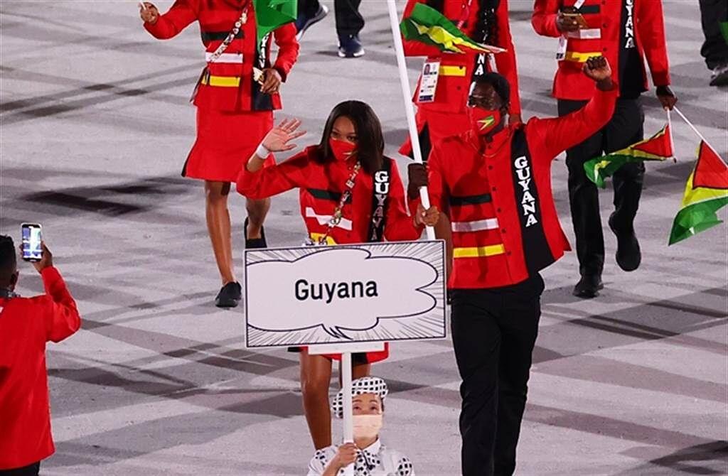 各國美女掌旗手成為奧運場上另一養眼風景。(路透)