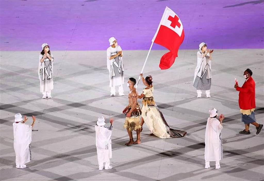 東加猛男陶法多夫亞已連續三屆擔任奧運掌旗手。(路透)