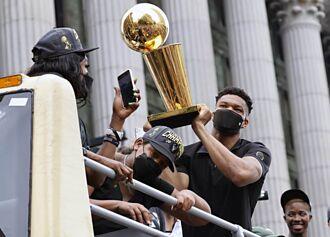 NBA》球迷爭睹公鹿奪冠遊行 字母哥:我們做到了