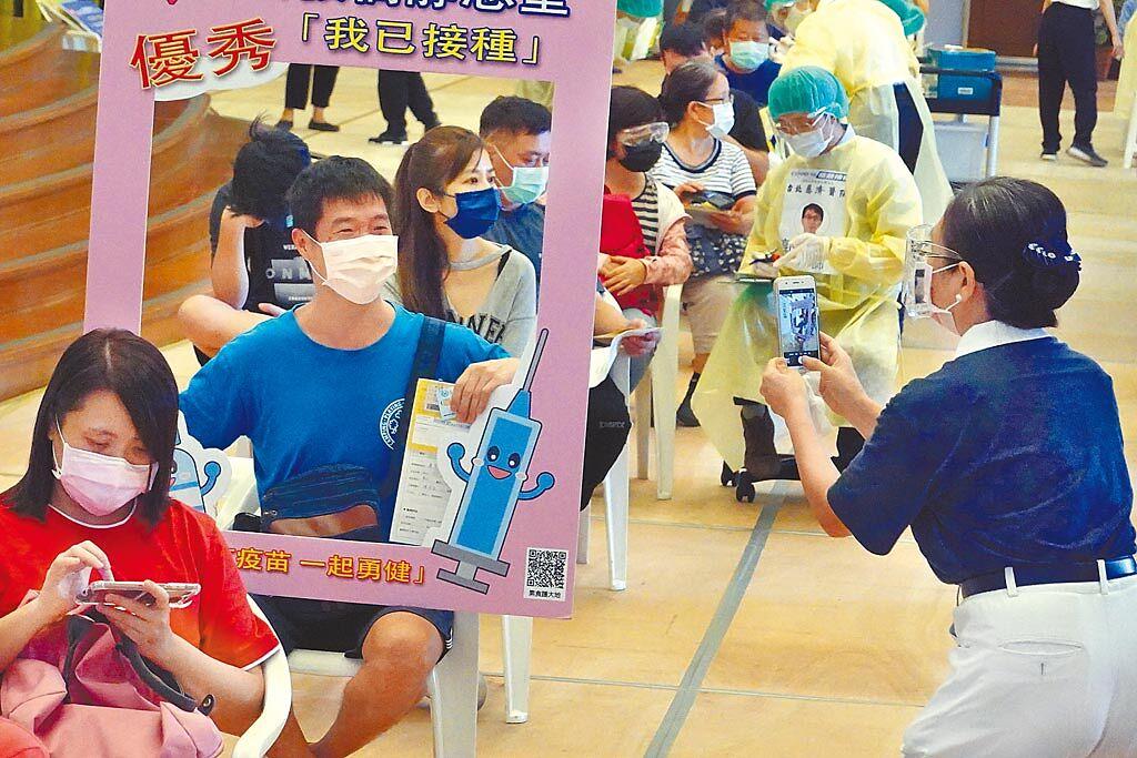 新北市板橋區大觀路的慈濟板橋園區疫苗接種站23日持續提供注射服務。(姚志平攝)