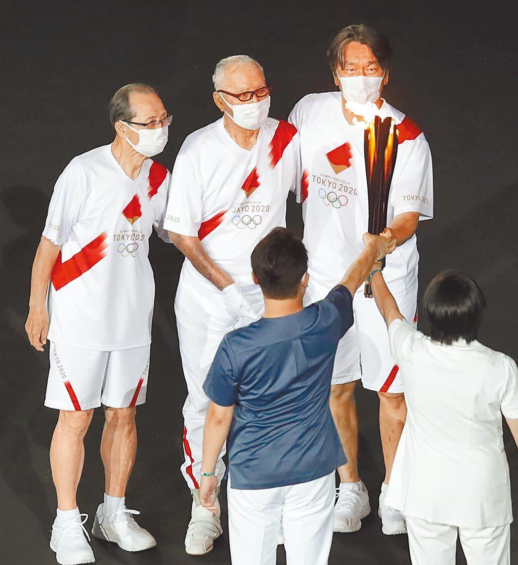 東京奧運23日晚間開幕,聖火中間段部分由王貞治(左起)、長嶋茂雄與松井秀喜合力傳給下一棒。(季志翔攝)