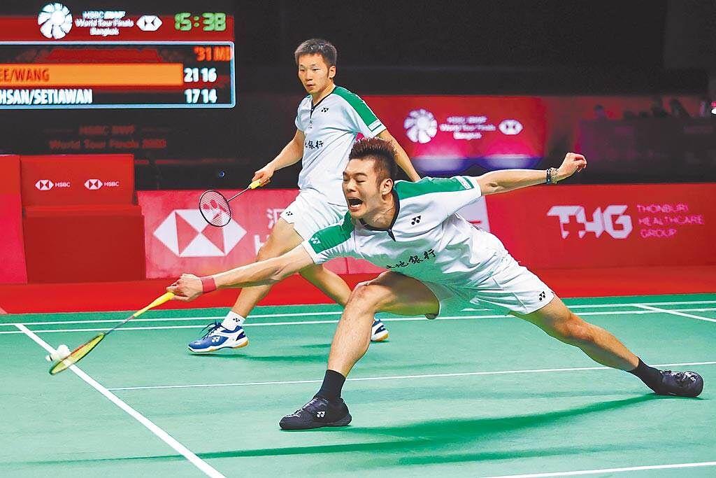 王齊麟(前)和國中同學李洋(後)東京奧運首場小組賽打滿三局。(資料照,泰國羽球協會提供/中央社傳真)