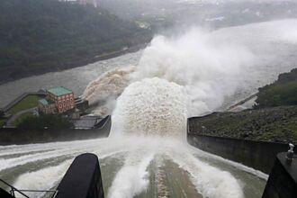 不到2個月8%→ 99%!石門水庫時隔647天洩洪 震撼畫面曝光
