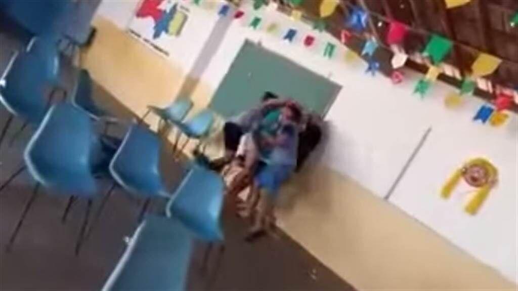 菲律賓一名女子日前前往接種站接種疫苗時,竟發現自己丈夫帶著小三出現在接種站,讓她氣得上前找兩人理論爆發衝突。(圖/YOUTUBE)