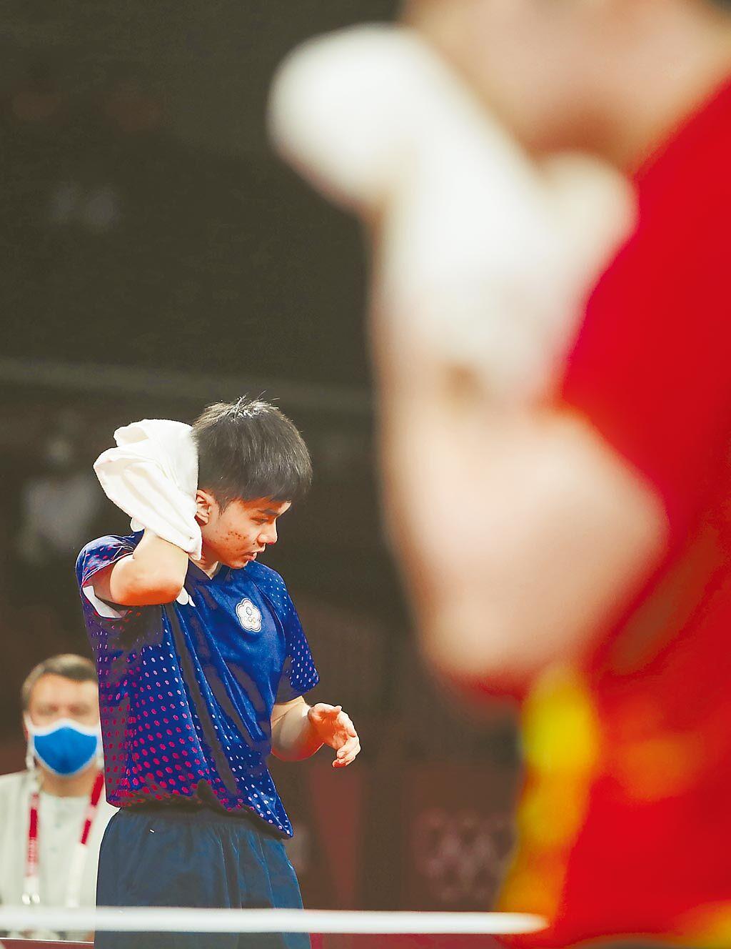 中華隊林昀儒(左)與大陸樊振東(右)一路纏鬥到第7局,兩人都滿身大汗。(季志翔攝)