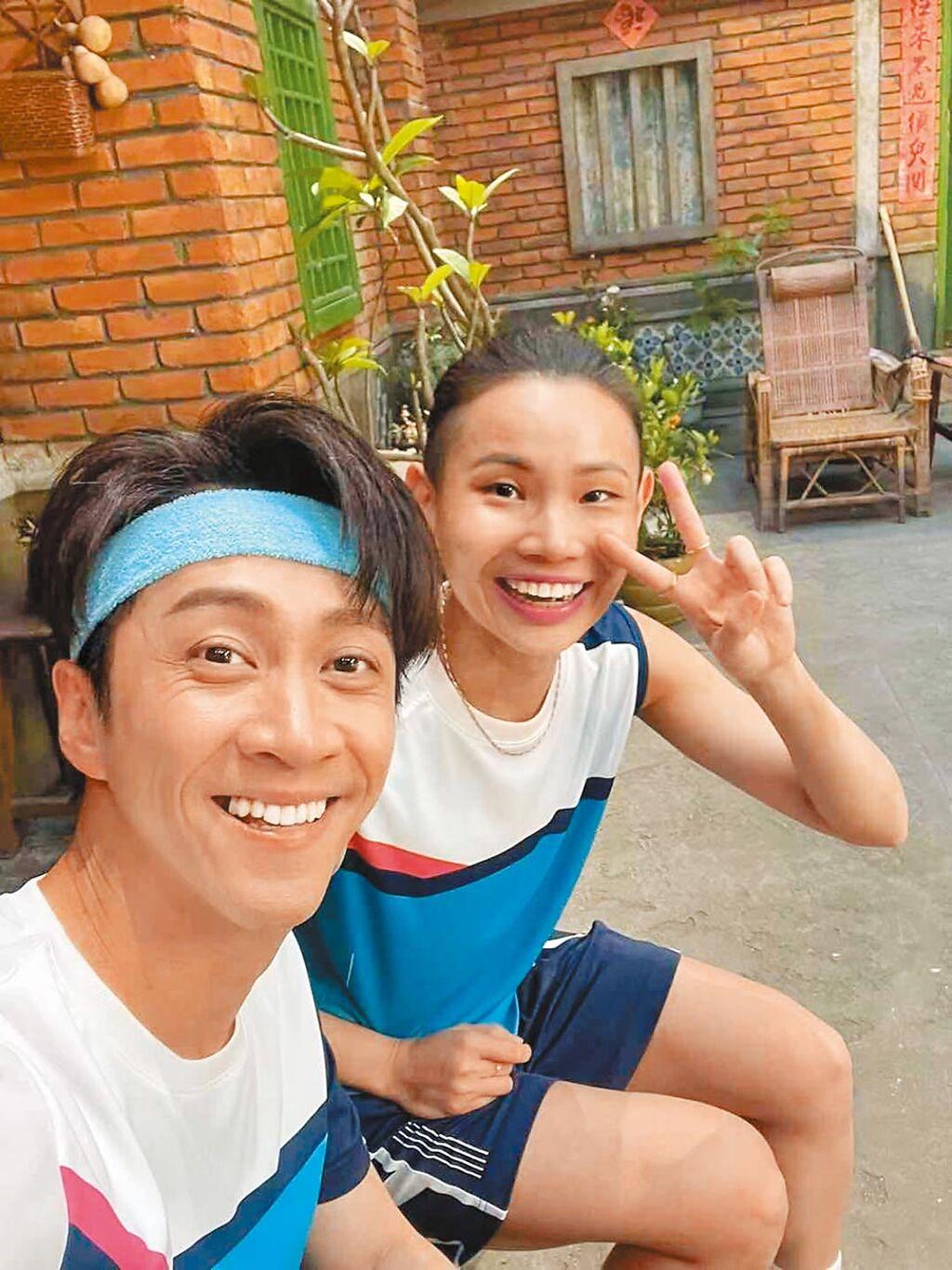 陳漢典(左)與「世界球后」戴資穎首次合拍廣告,默契十足。(摘自臉書)