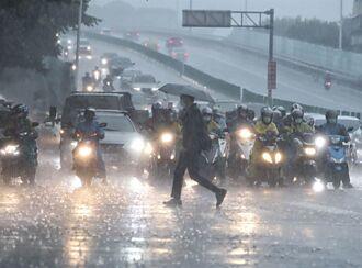 穿雨衣騎車「裡面一定濕」 女崩潰求助 內行人解答