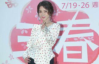 陳美鳳穿平口裝辣露香肩 反被另一個女神電到閃躲嬌笑
