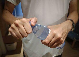 扭不開寶特瓶蓋是警訊!5要點看出你的肌肉不行了
