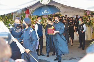 李㼈含悲辦亡父告別式黑衣兄弟相送
