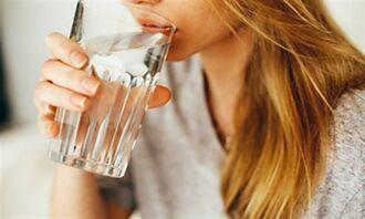 怕副作用 打完疫苗猛喝水  2類人小心喝成肺積水
