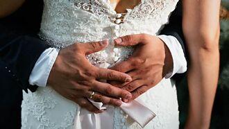 婚鬧無極限!新郎矇眼強吻伴娘 新娘卻拍手叫好